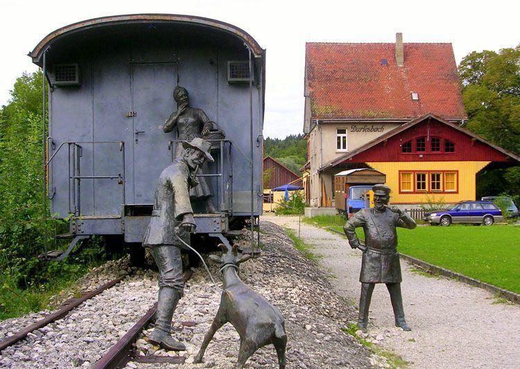 статуи около вагони