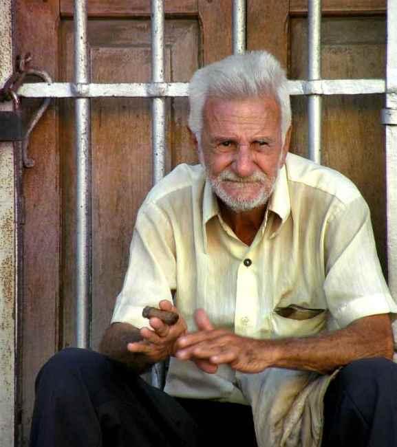 Кубинец пред фабрика за пури в Хавана.